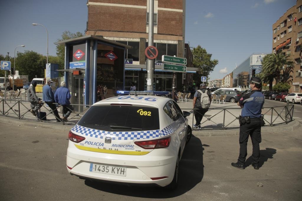 Un coche de la Policía Municipal en la Plaza de Elíptica esquina con la Avenida de Oporto.