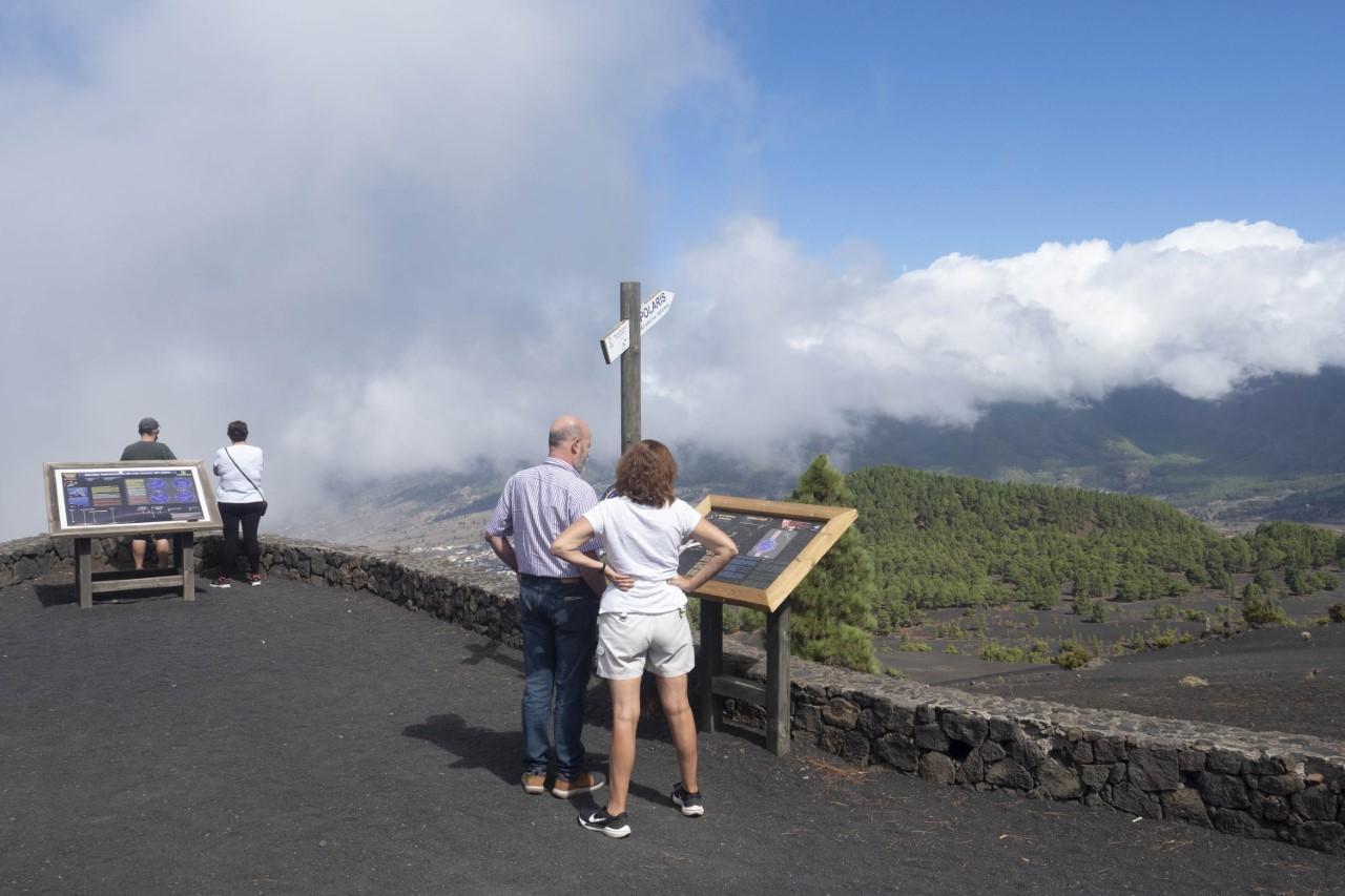 Varias personas en el mirador de Cumbre Vieja, al sur de la isla de La Palma