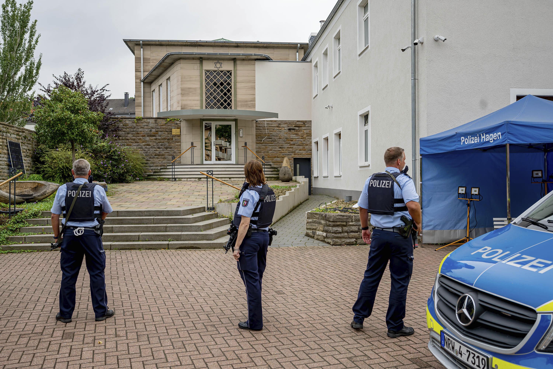 Policía frente a la sinagoga de  Hagen.