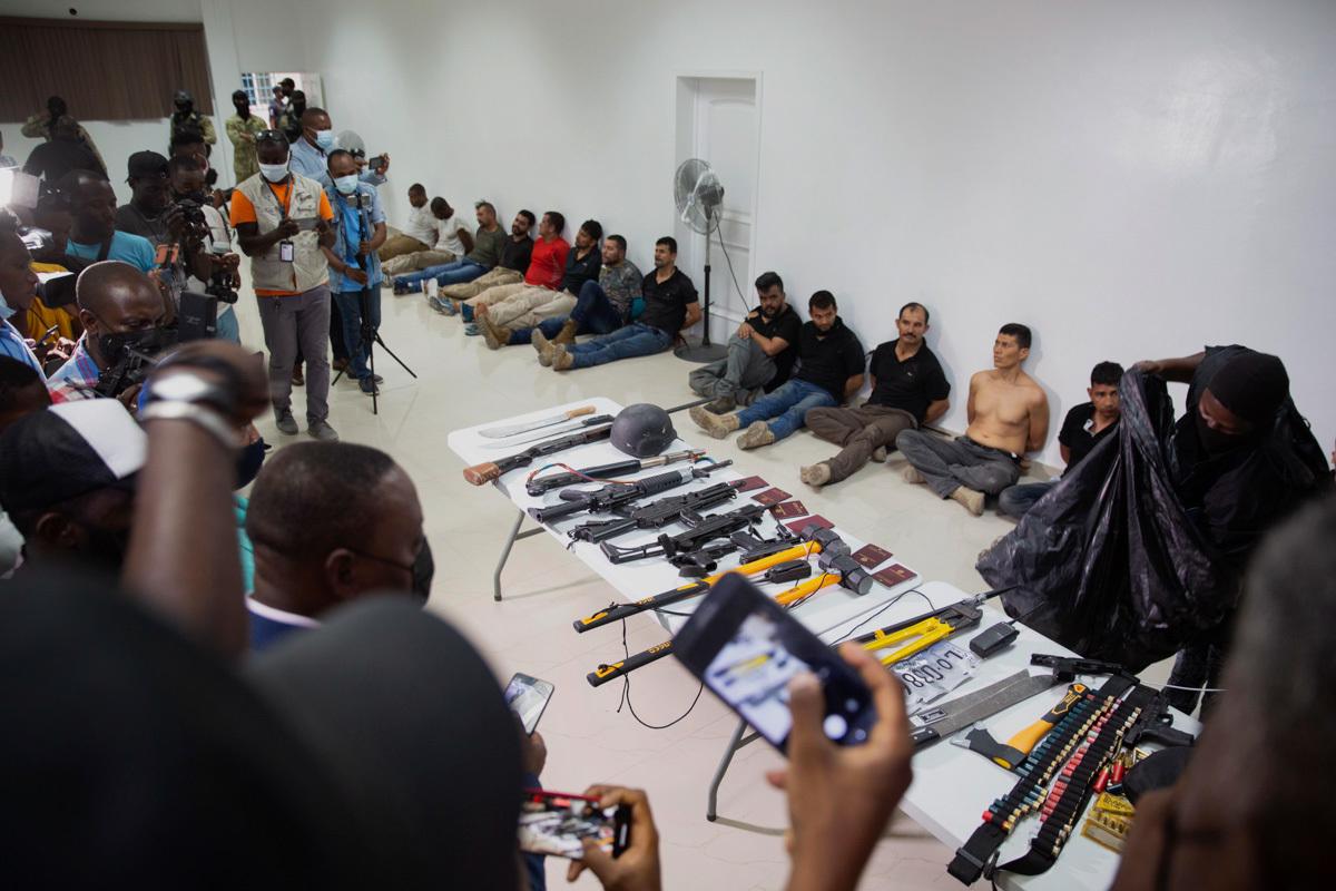 La policía muestra a varios sospechosos del asesinato del presidente de Haiti.