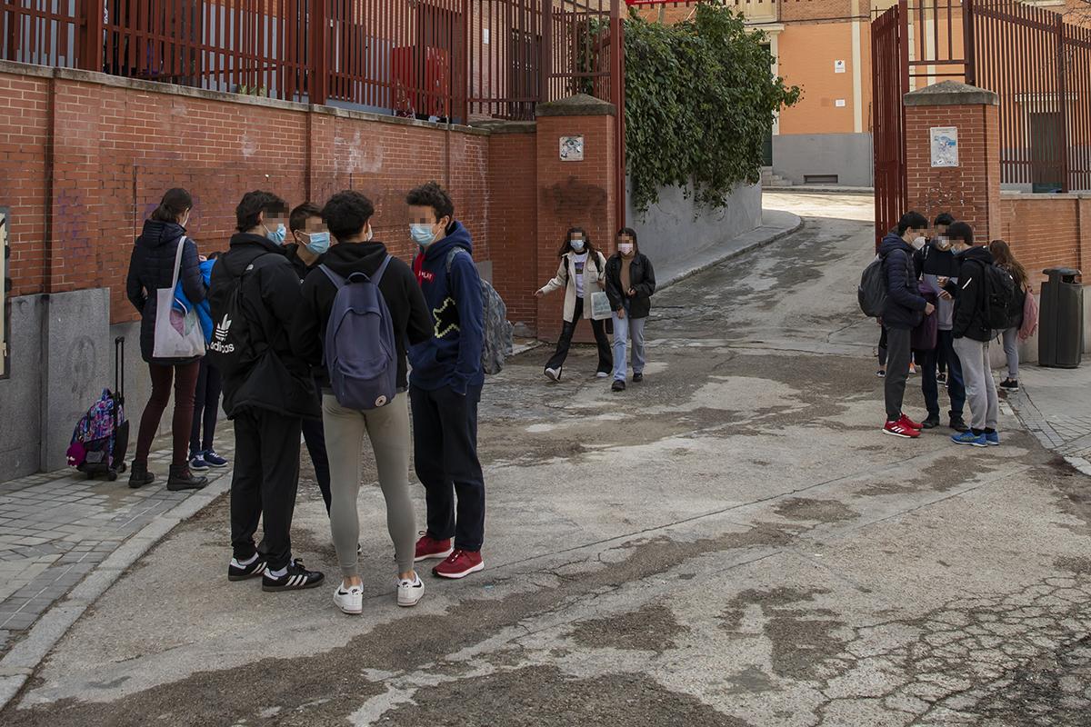 Alumnos en la puerta de un instituto de Madrid.
