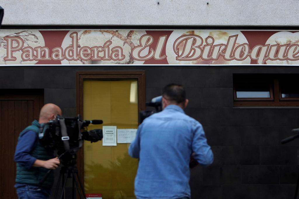 Vista general de la panadería donde trabajaba la mujer supuestamente asesinada por su pareja este jueves en La Coruña.