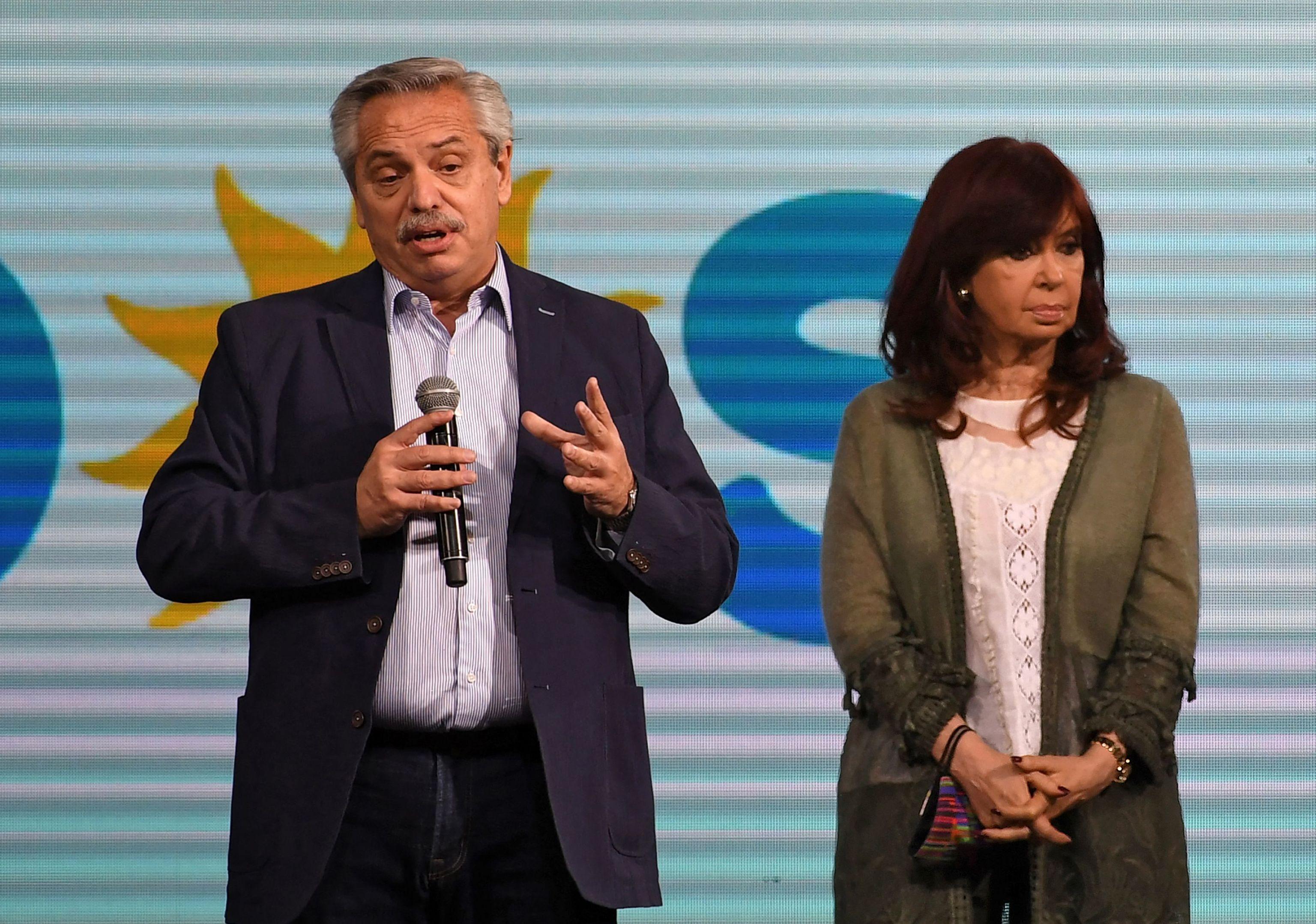 El presidente de Argentina, Alberto Fernández, y la vicepresidenta, Cristina Fernández de Kirchner comparecen ante los medios después de la dura derrota electoral de este domingo.
