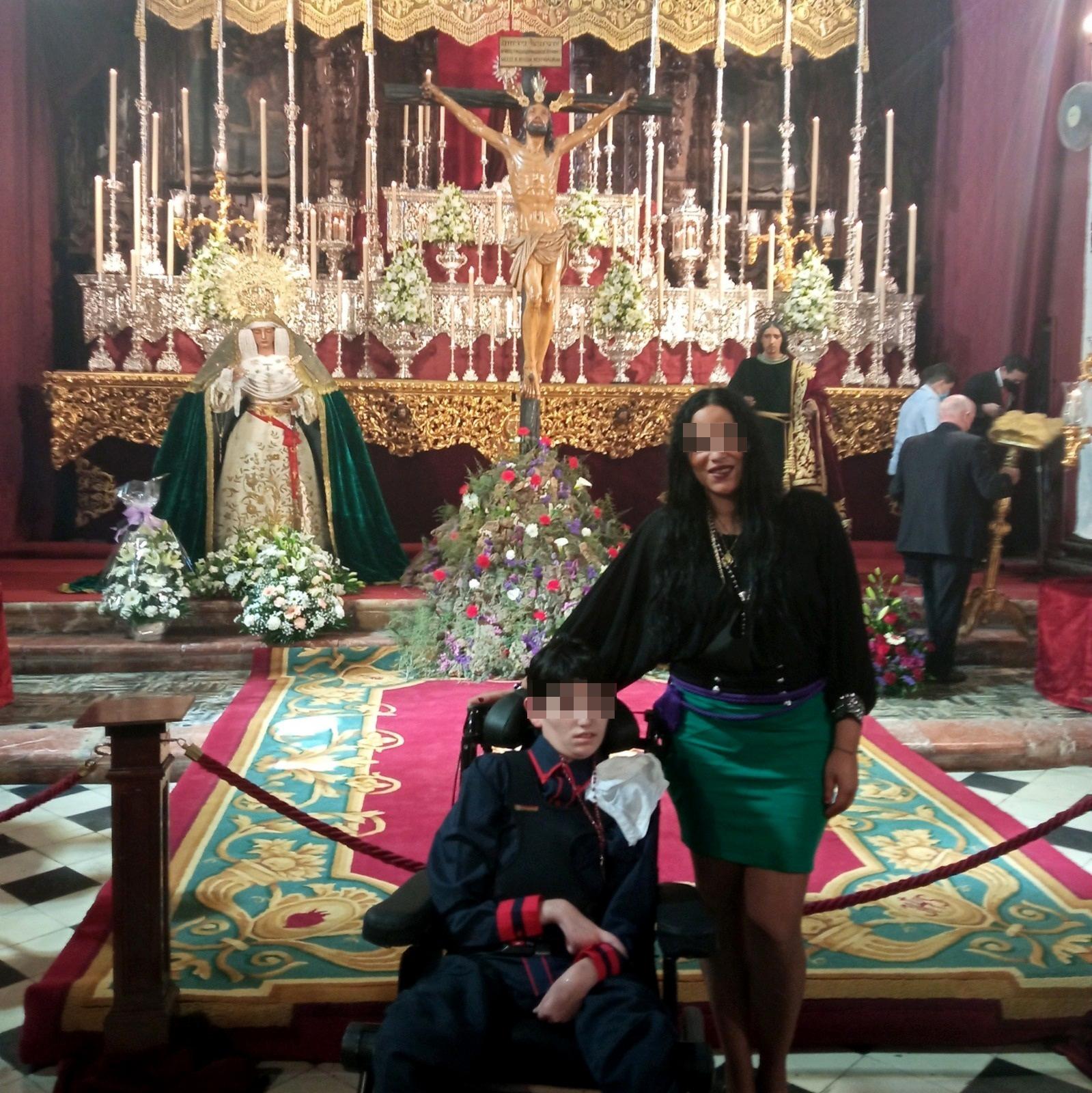 Macarena junto a su hijo Antonio David.