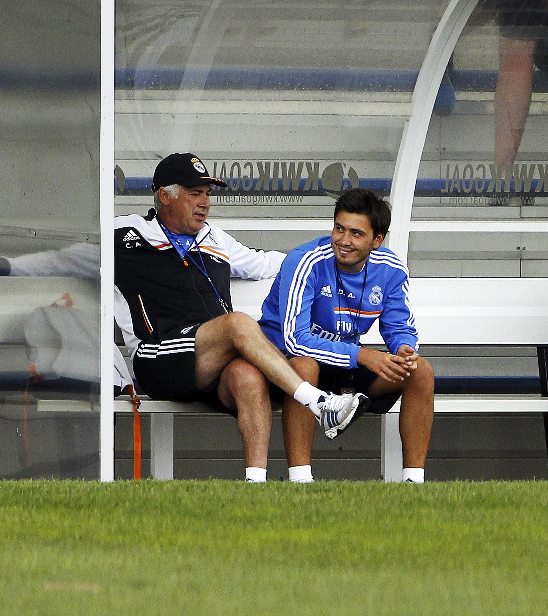 """Davide Ancelotti, el """"enfermo del fútbol"""" a la sombra de Carlo: cinco idiomas, primero de su promoción y nexo entre su padre y las estrellas"""