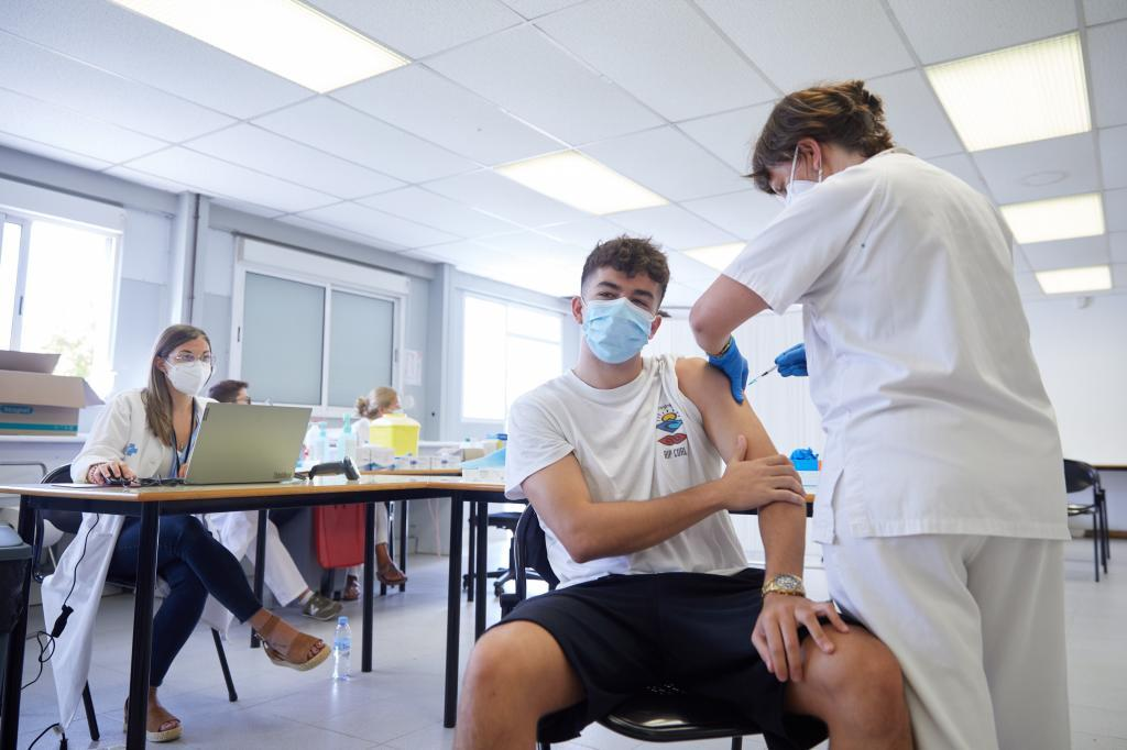 Un joven se vacuna en Girona