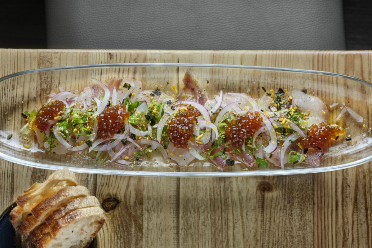 Tiradito de corvina estilo japo con mayonesa wasabi y naranja.