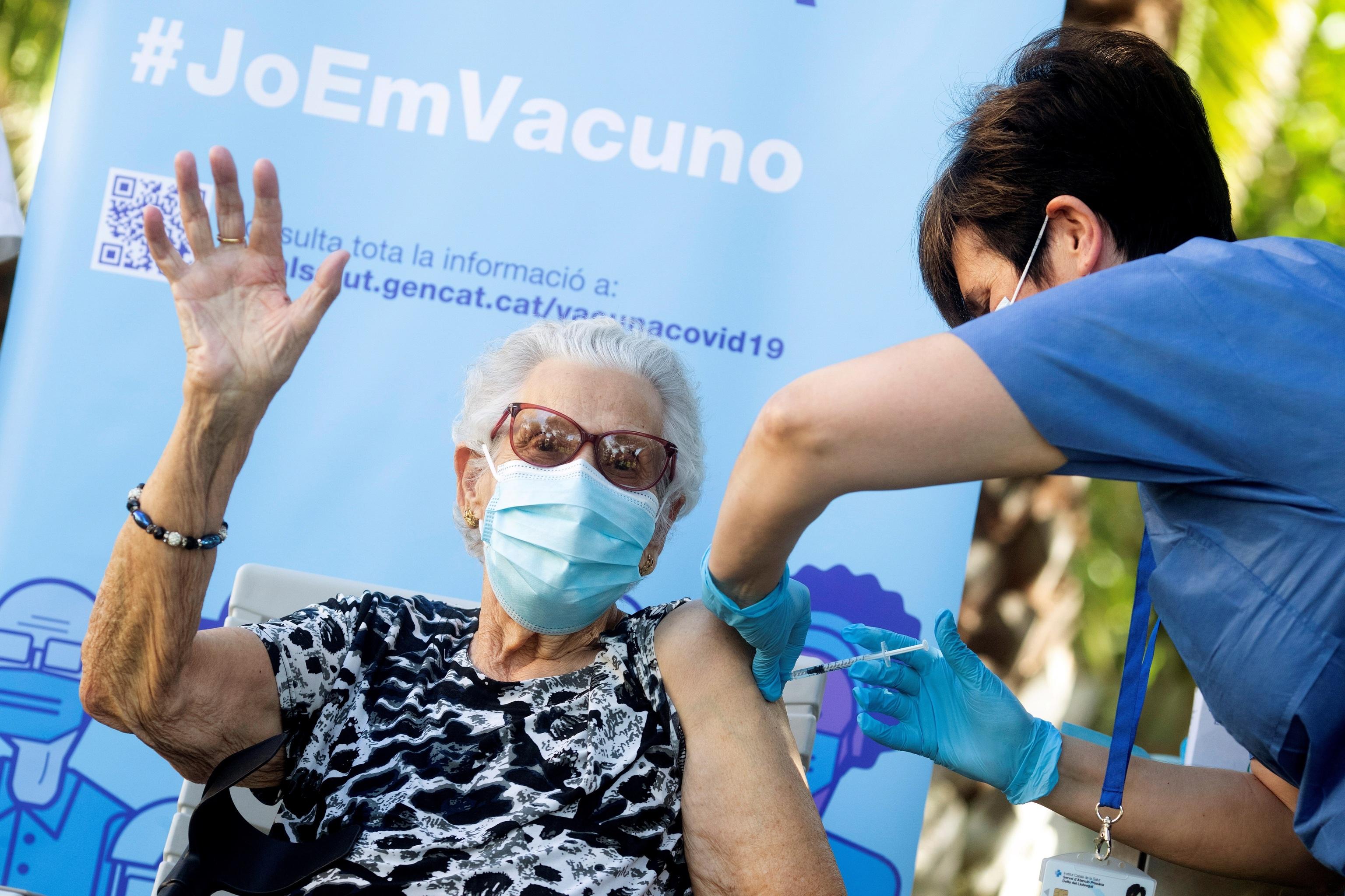 Josefa Pérez recibe la tercera dosis de la vacuna contra el coronavirus en Cataluña.