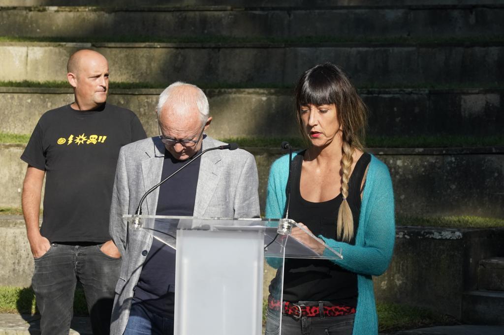 Los portavoces de Sare, Joseba Azkarraga y Bego Atxa, anunciando el viernes los cambios en los actos de homenaje a Henri Parot.