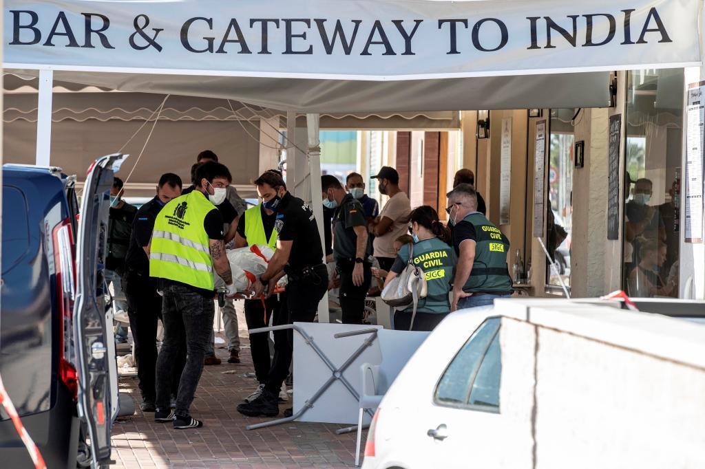 Agentes policiales trasladan el cuerpo de una de las víctimas del atropello.