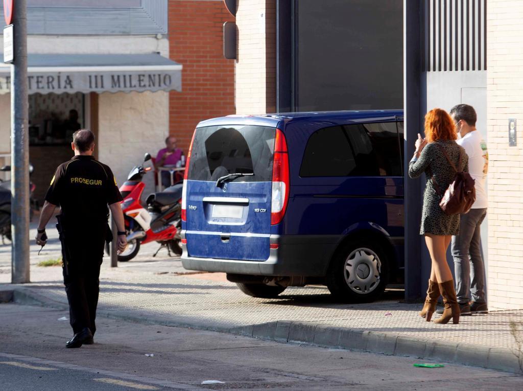 Un vehículo policial con los detenidos accede al edificio de los Juzgados de Mérida.