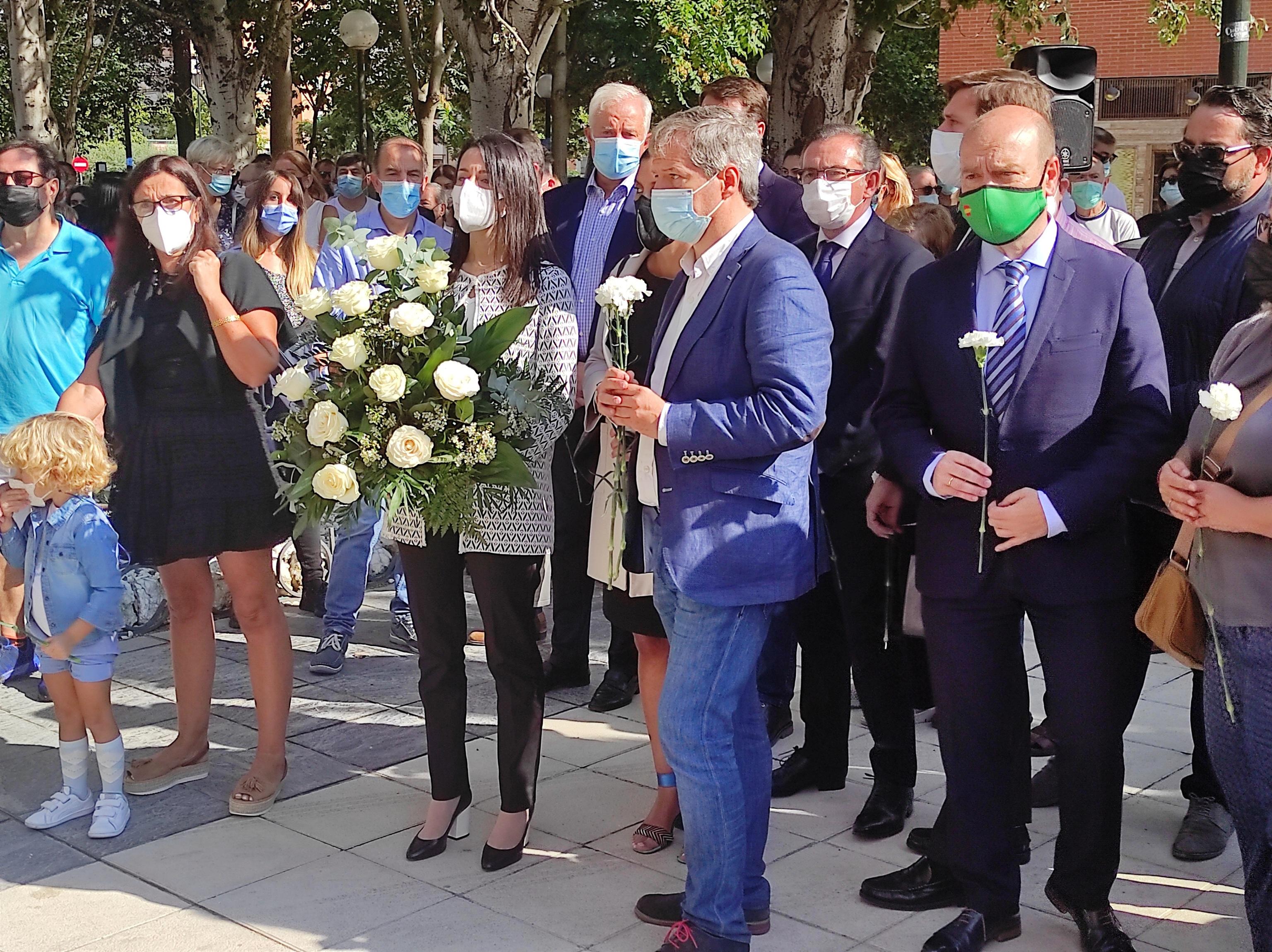 """Arrimadas, en el lugar del atentado a la casa cuartel de Zaragoza, clama contra """"el blanqueo a los asesinos y el olvido a las víctimas"""""""