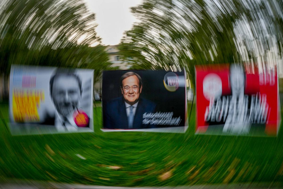 Carteles electorales de Armin Laschet, en una calle de Frankfort.