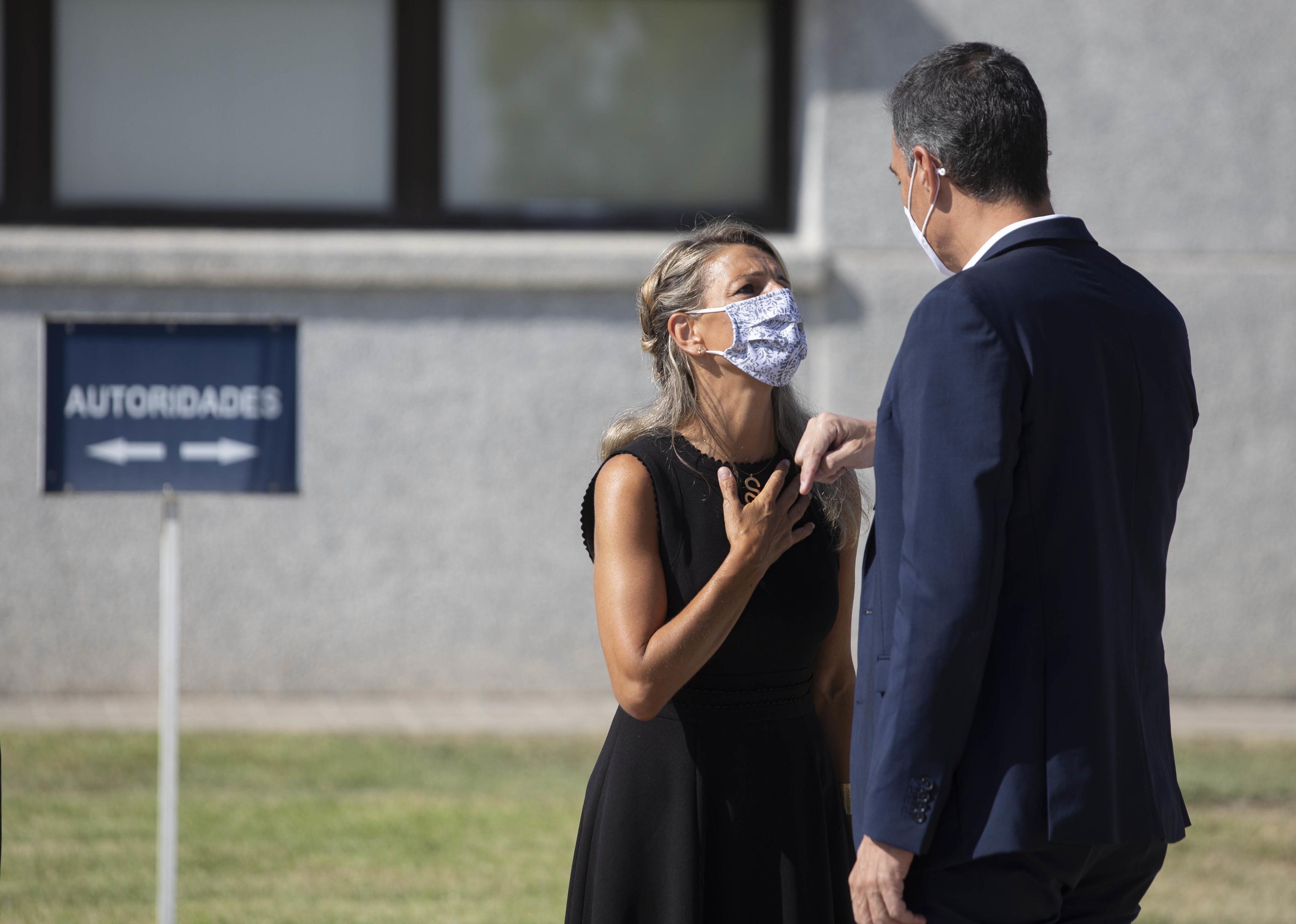 La vicepresidenta segunda, Yolanda Díaz, conversa con el presidente del Gobierno, Pedro Sánchez.