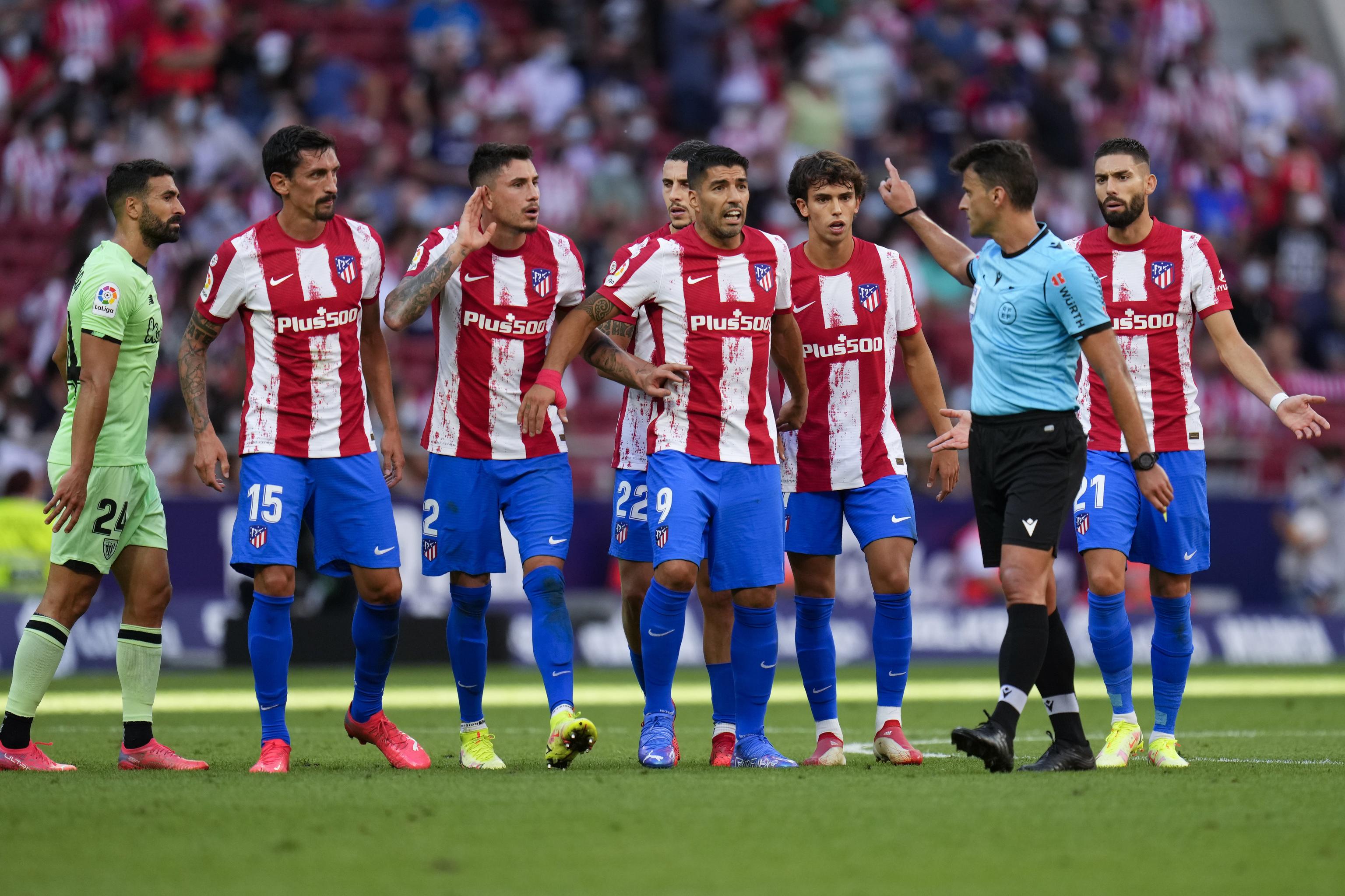Los jugadores del Atlético protestan la expulsión de Joao Félix.