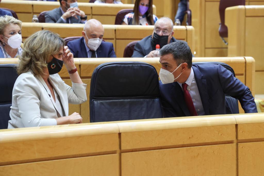 Teresa Ribera y Pedro Sánchez, el martes durante la sesión de control al Gobierno en el Senado.