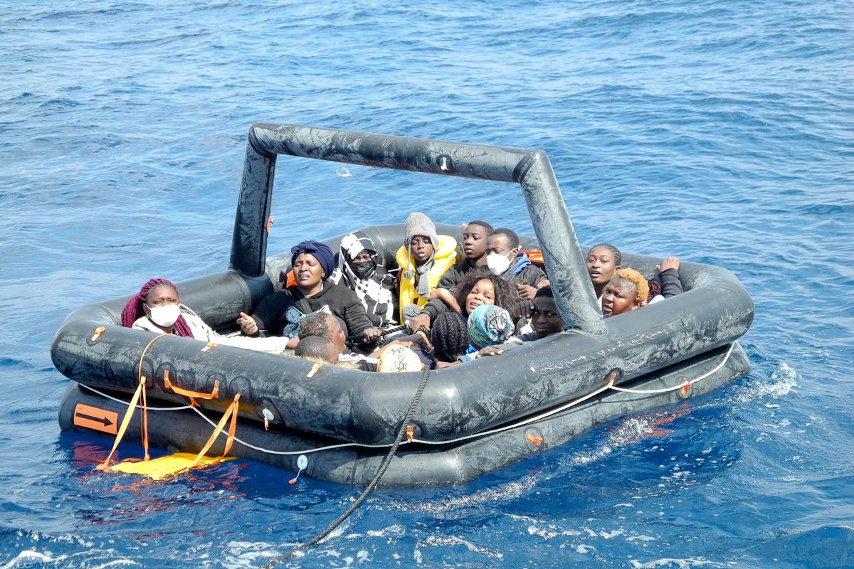 Una de las balsas sin motor llena de inmigrantes y a la deriva que dejaron los agentes griegos en aguas turcas.