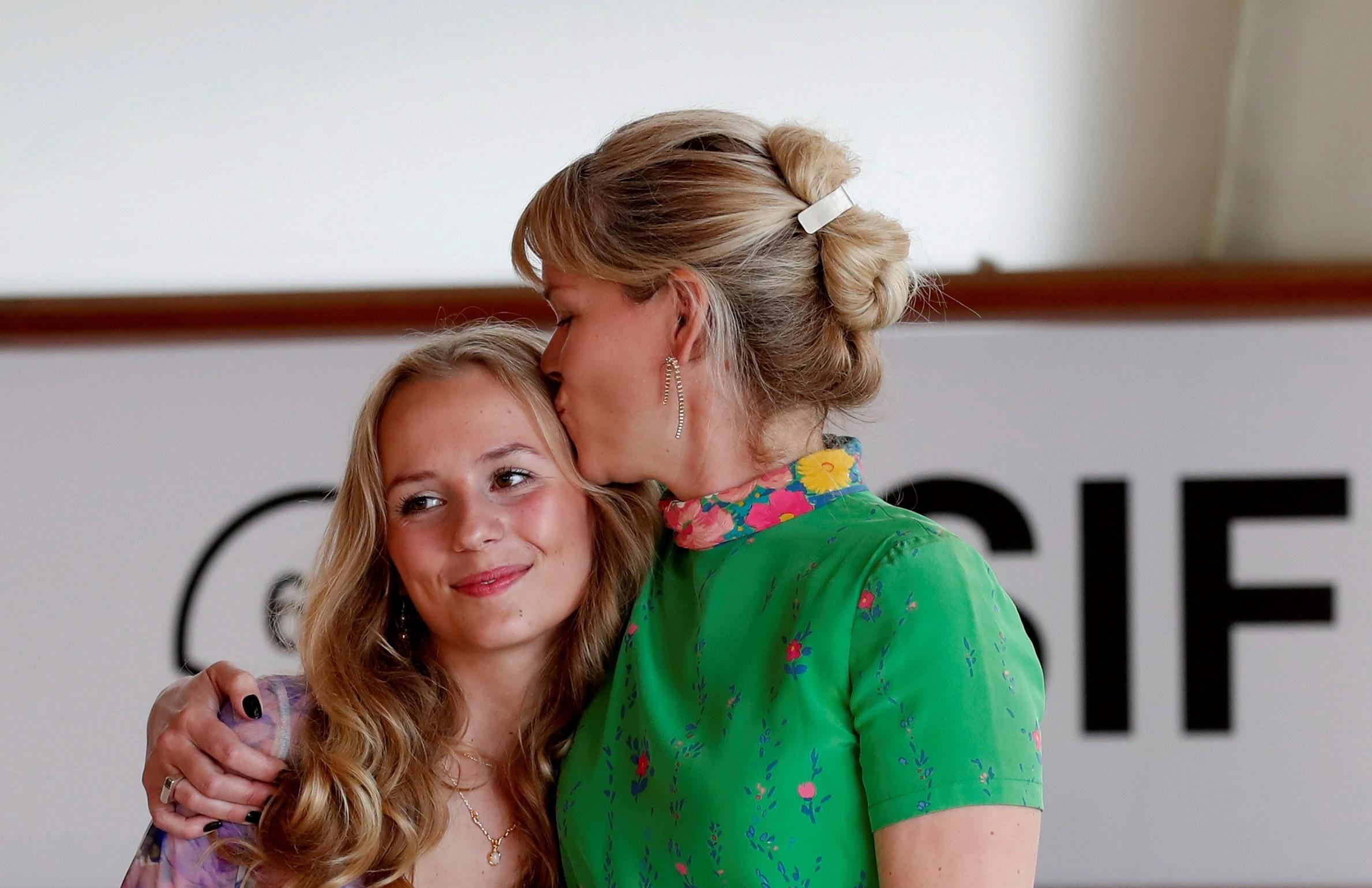 La directora Tea Lindeburg posa junto a la actriz Flora Ofelia Hofman tras presentar su película 'As in heaven'.
