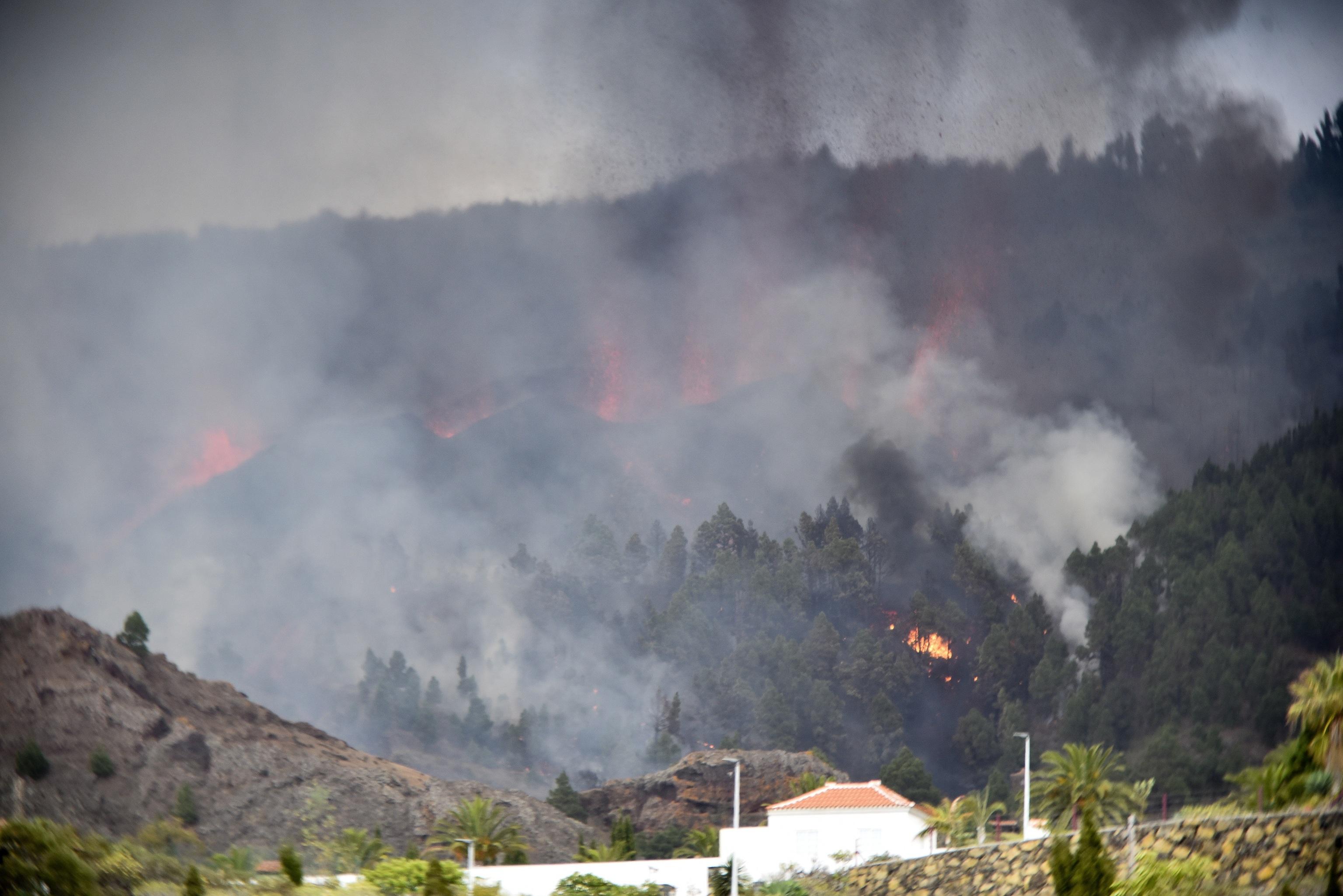 Lava y humo en las inmediaciones de El Paso.