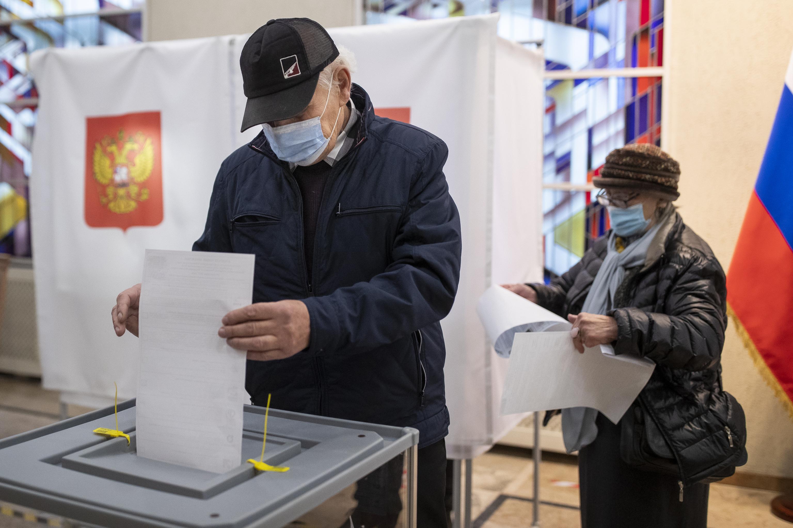 یک شهروند روسی در سفارت روسیه در لیتوانی رای می دهد.
