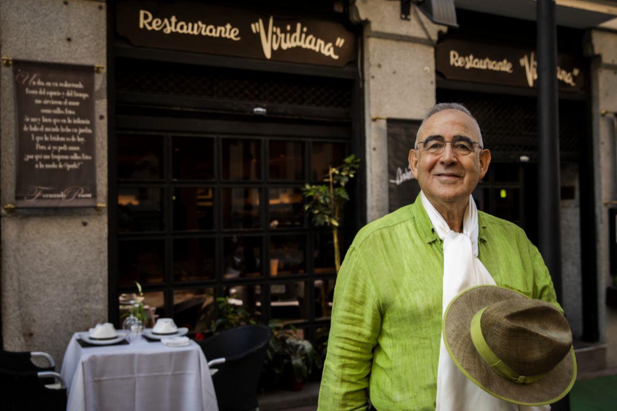 Abraham, en la puerta de su restaurante ubicado cerca del Retiro.