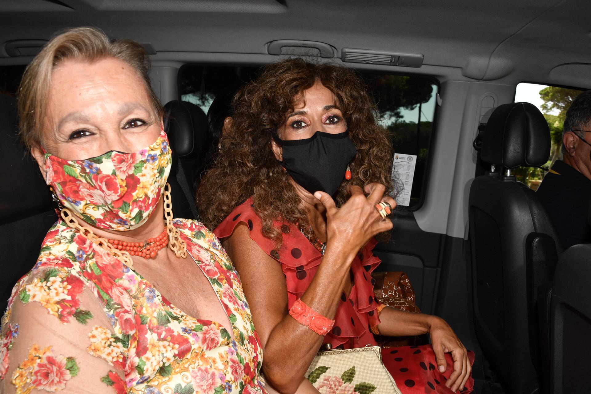 Rosario Flores y otra de las invitadas.