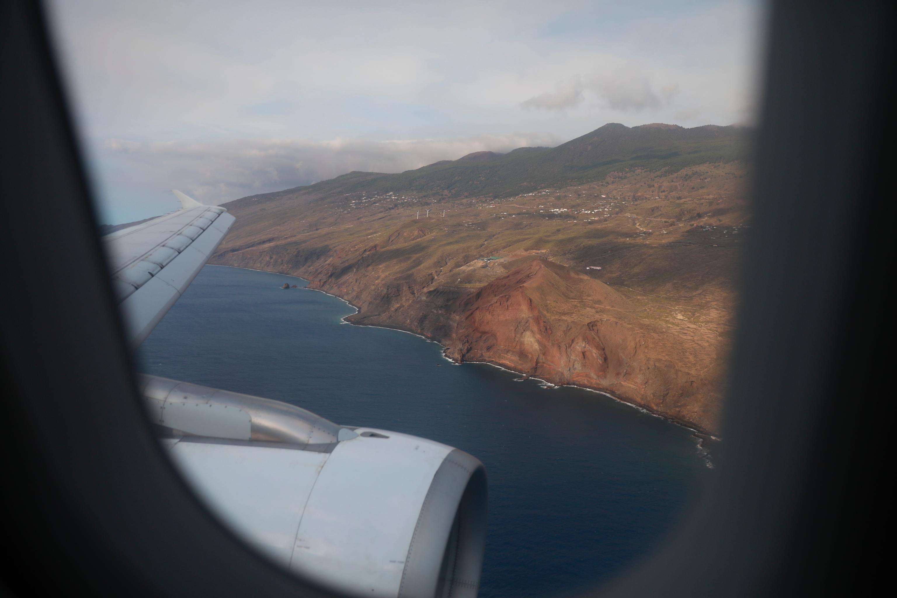 """Cámaras, turistas y decepción en el primer avión a La Palma: """"¿No habrán apagado el volcán?"""""""