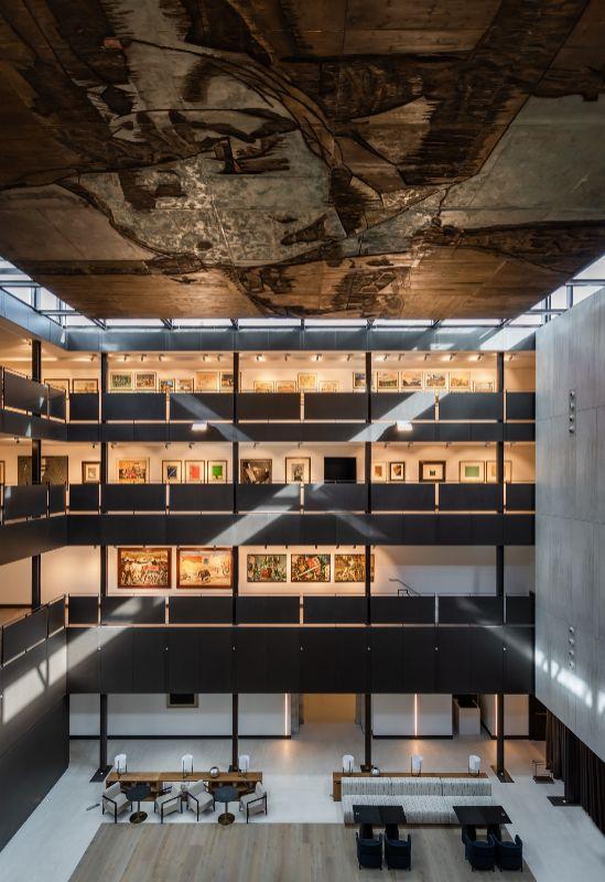 El claustro convertido en un atrio acristalado con el Plafón de Lucio Muñoz en el techo.