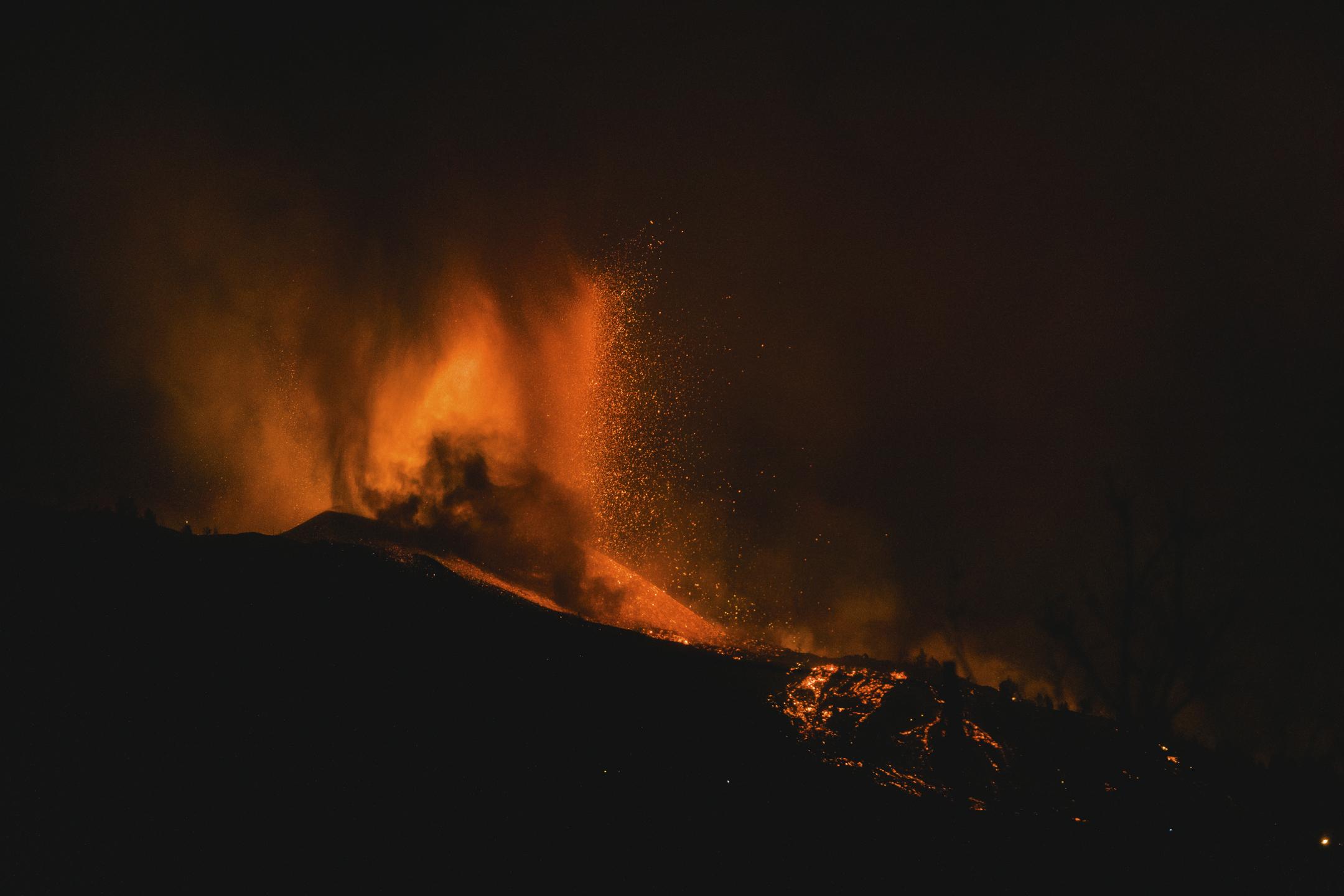 La lava se expande tras la erupción del volcán de Cumbre Vieja en La Palma