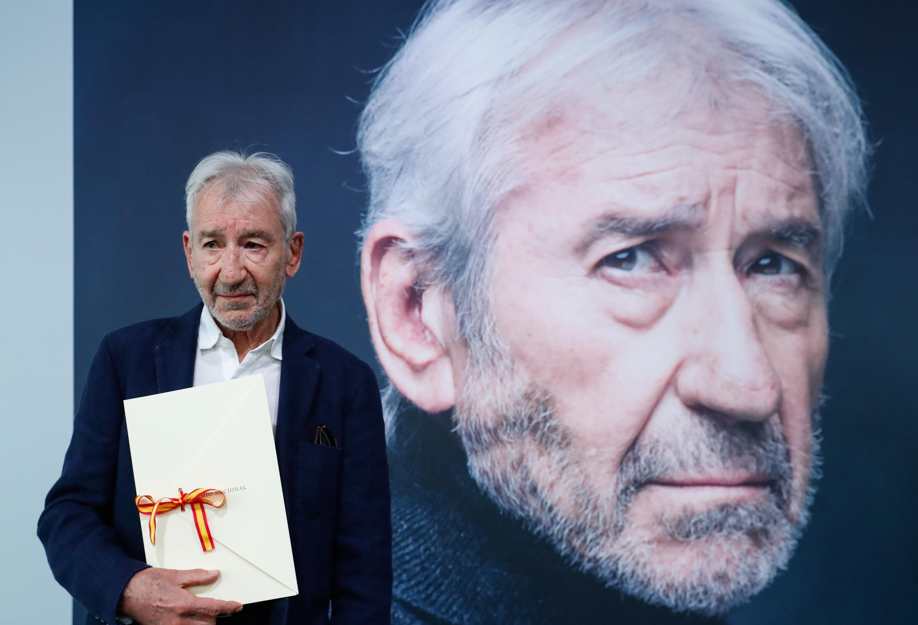 José Sacristán, con el Premio Nacional de Cinematografía, este lunes en San Sebastián.