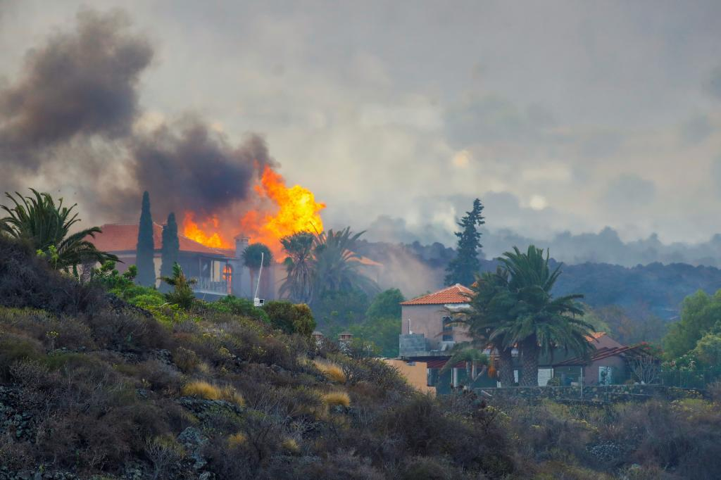 Una casa se quema por la lava del volcán