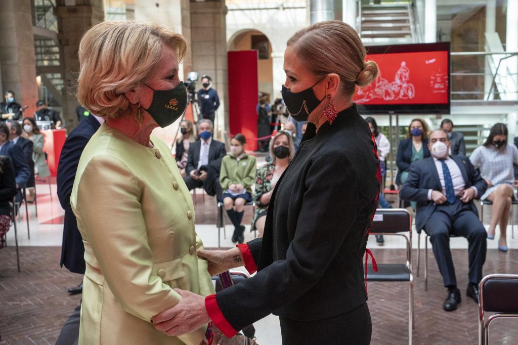 Las ex presidentas de la Comunidad de Madrid Esperanza Aguirre (izq.) y Cristina Cifuentes se saludan en las celebraciones del Dos de Mayo.