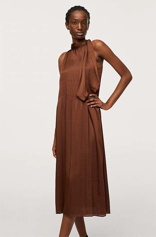 Vestido marrón de cuello halter, de Mango (49,99 euros).