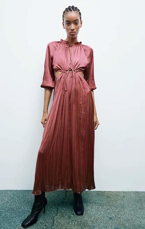 Vestido satinado cut out de Zara (29,95 euros).
