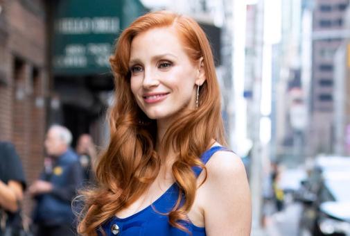 Los colores cobrizos, como el de Jessica Chastain, dan mucha luz a las pieles más claras.