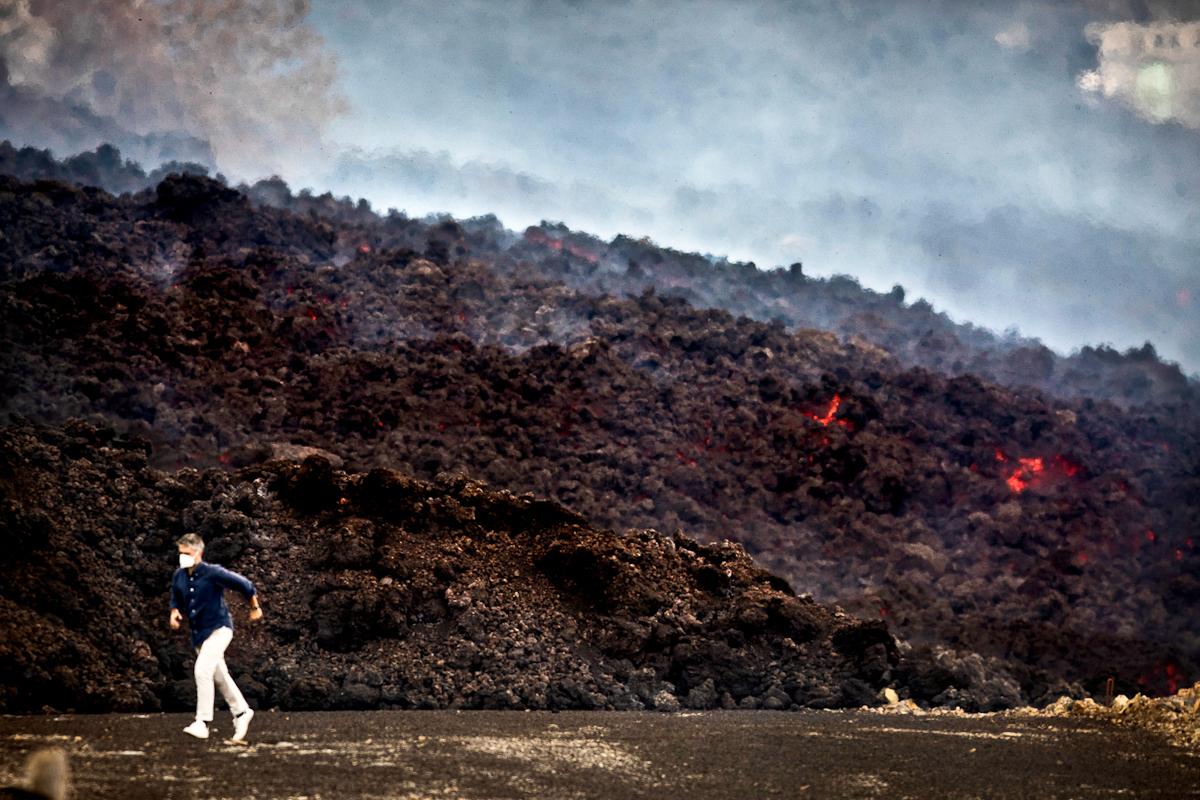 El periodista Carlos Franganillo de RTVE escapa de la lengua de lava que se esta tragando cientos de casas.