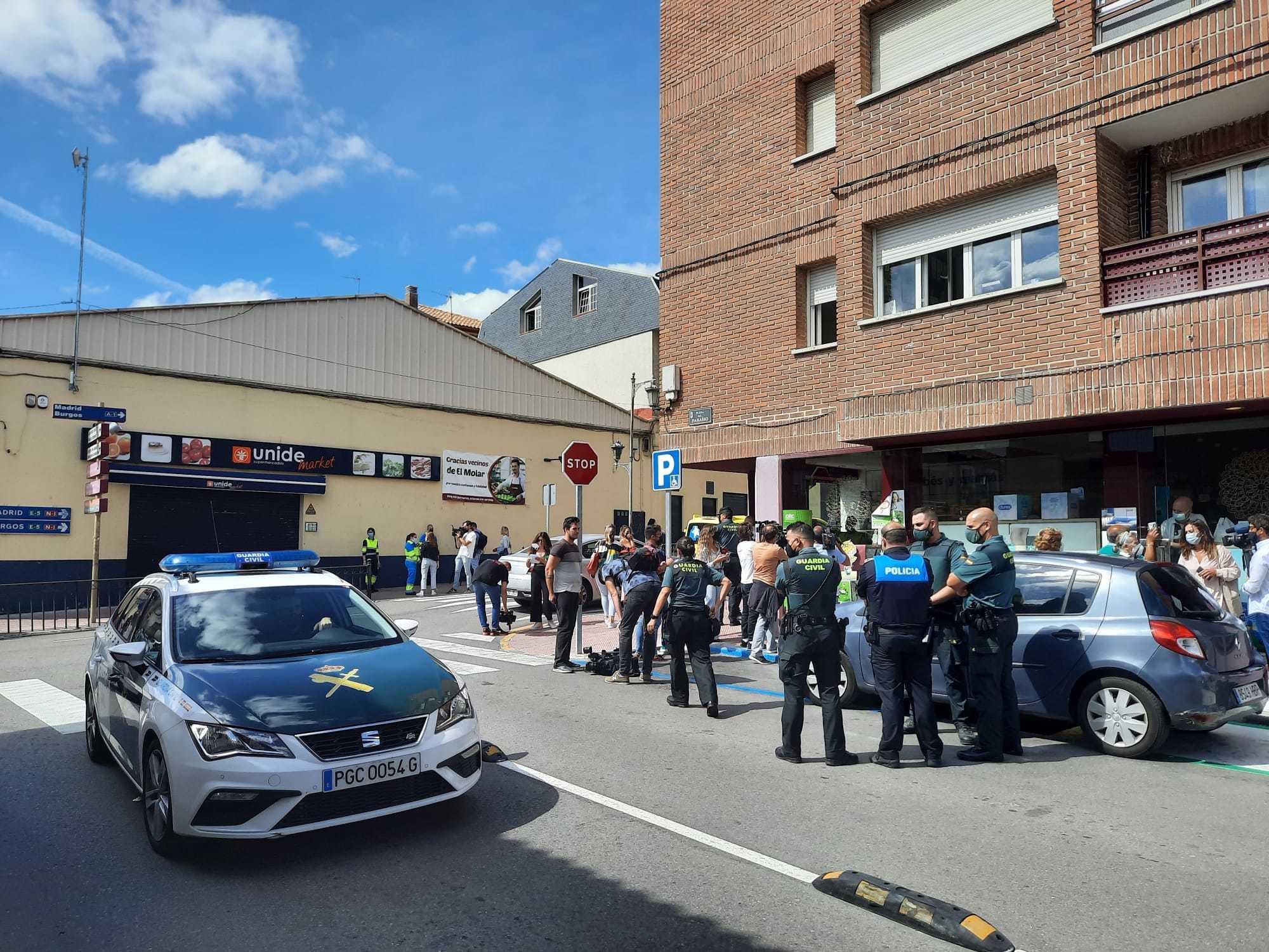 Agentes de la Policía Local y de la Guardia Civil en el lugar de la agresión, en El Molar.