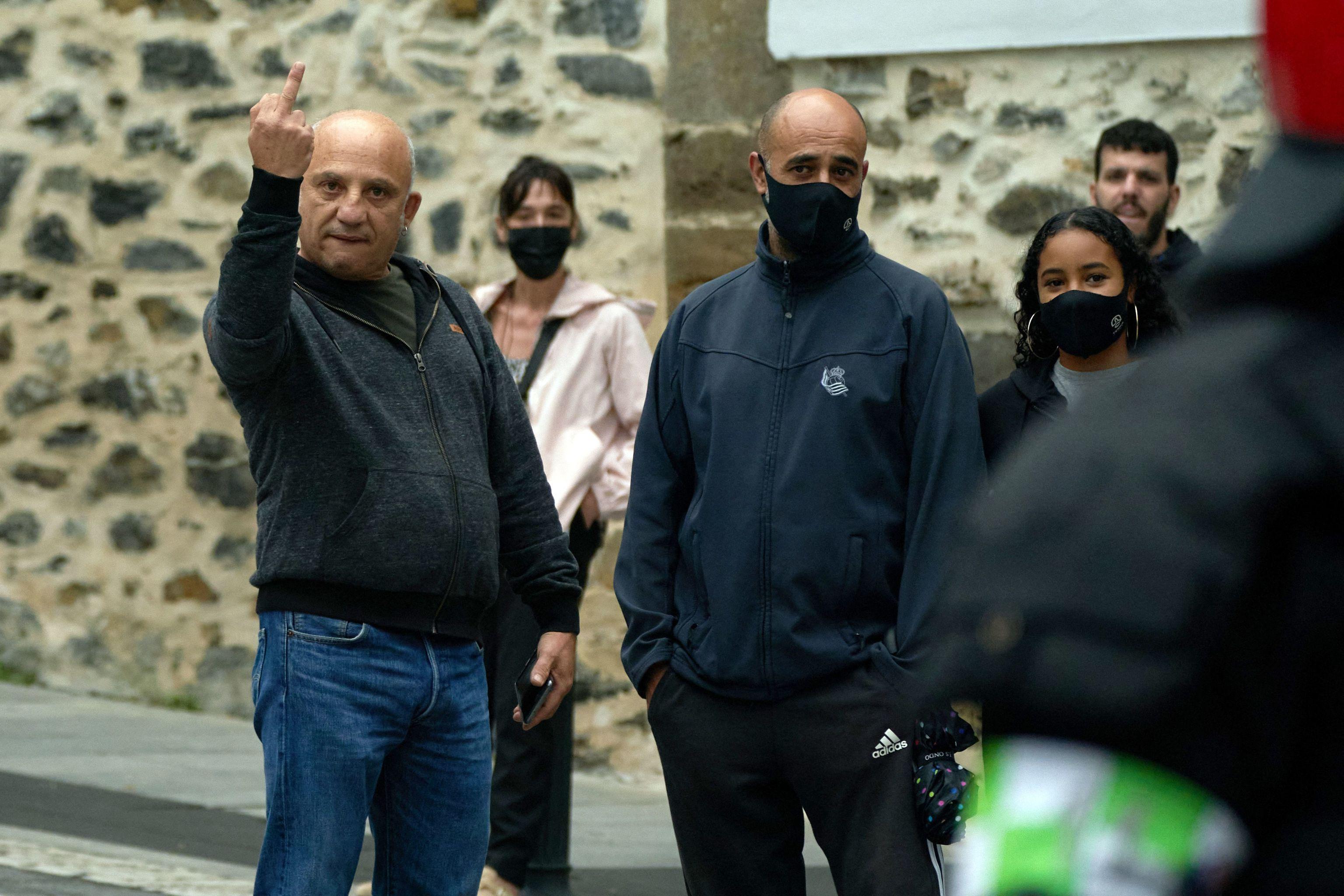 Protesta ante la concentración de la AVT en Mondragón.