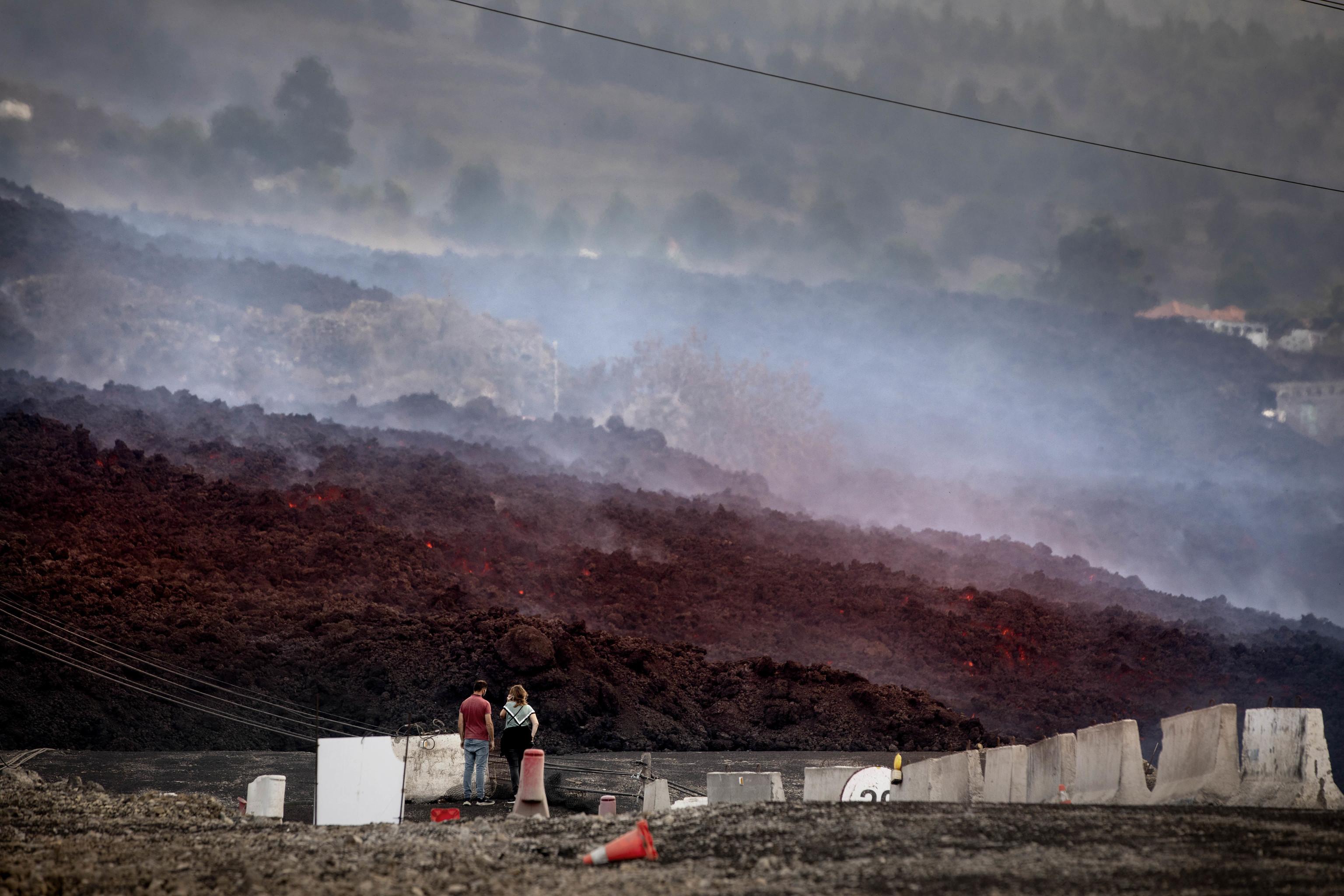 La lengua de lava desciende por la ladera de Cumbre Vieja.