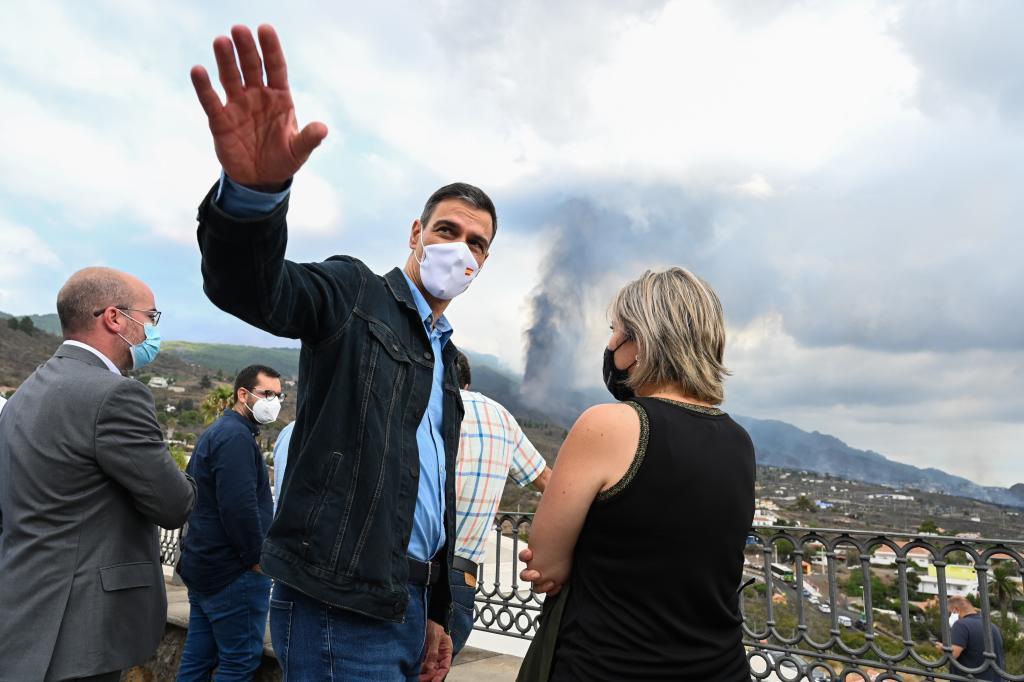 Pedro Sánchez visitando la zona afectada por la erupción volcánica de La Palma.