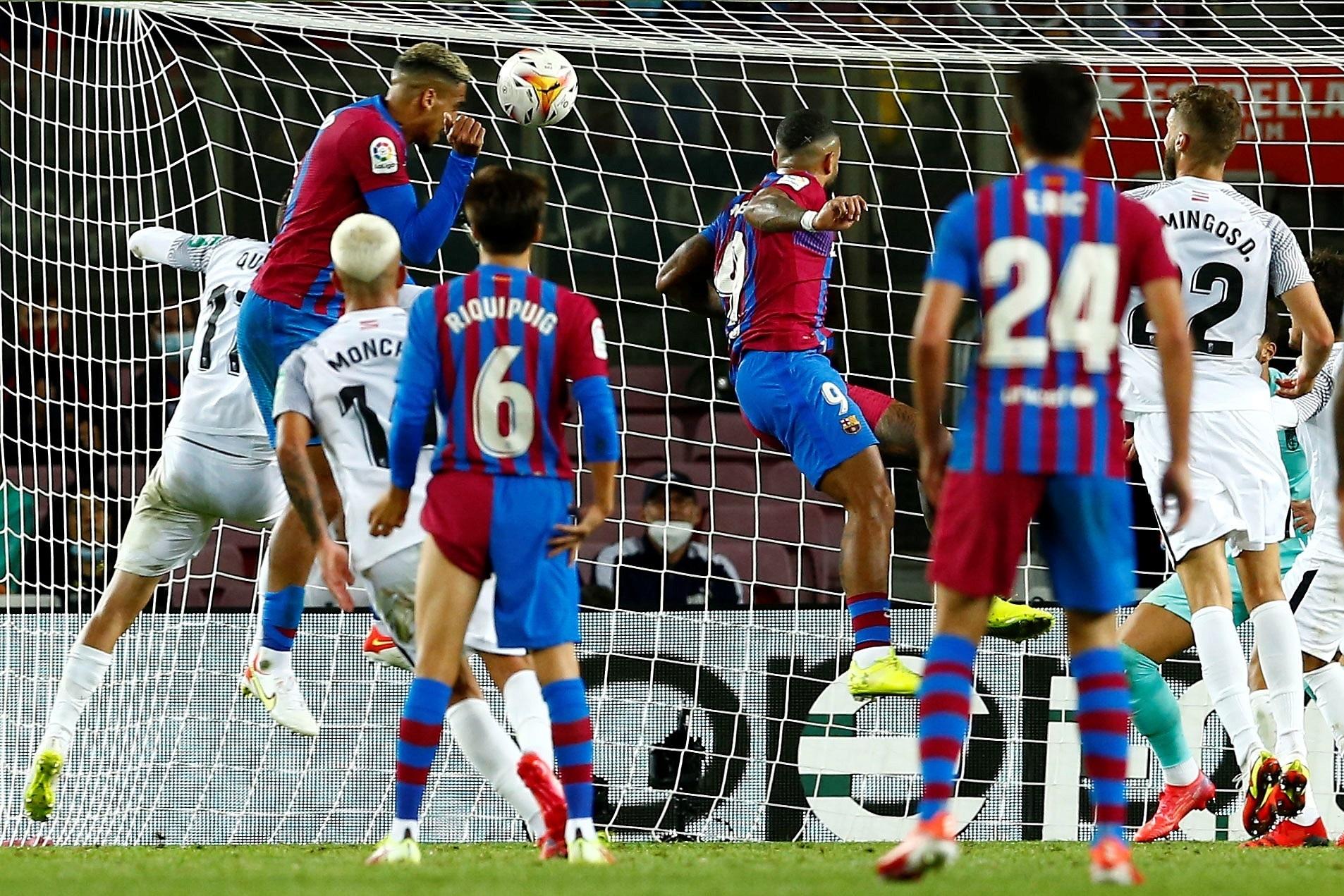 El cabezazo de Araújo que salvó el empate en el Camp Nou.
