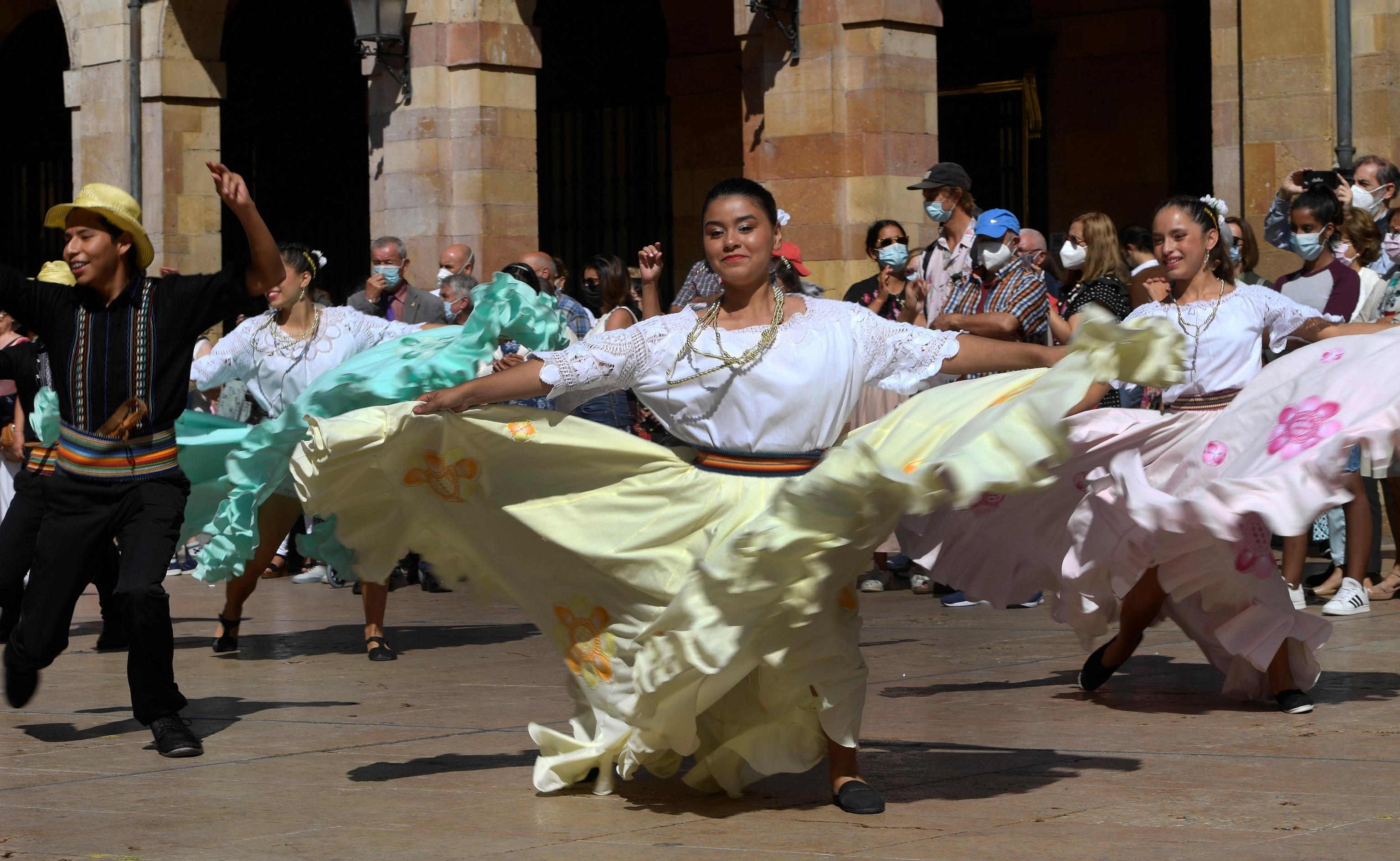"""Actuaciones de grupos folklóricos hispanoamericanos durante el tradicional """"Día de América en Asturias"""" celebrado en el marco de las fiestas patronales de San Mateo de Oviedo."""