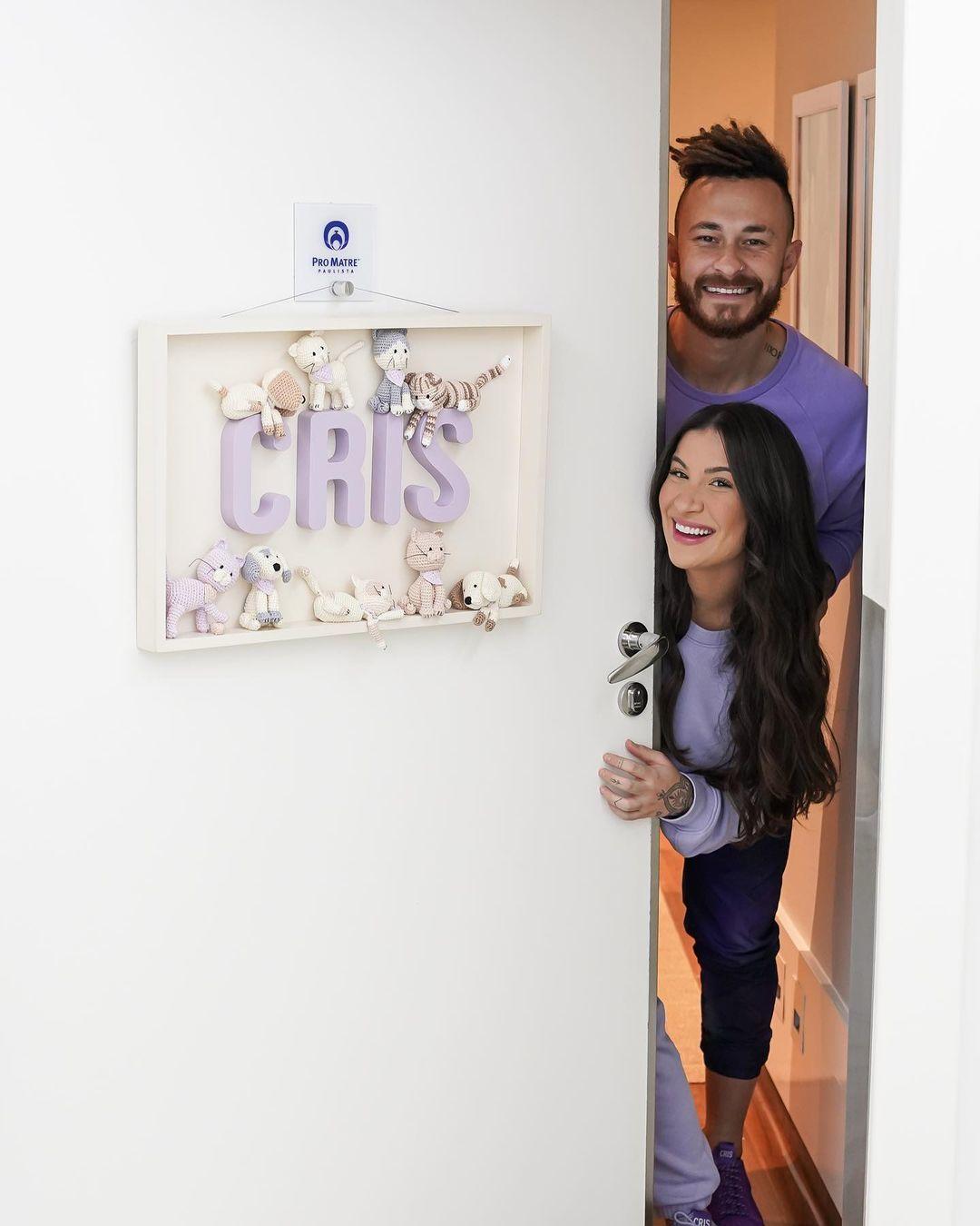 Bianca y el Youtuber Fred en la habitación de su bebé Cris.