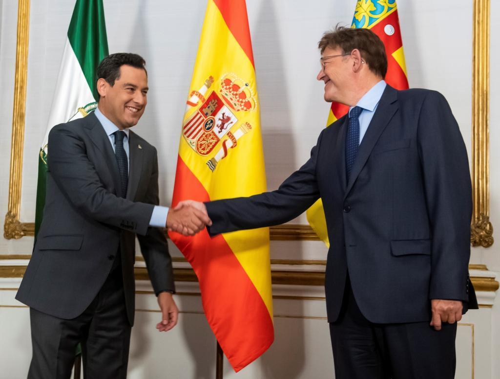 Juanma Moreno y Ximo Puig, este martes en el Palacio de San Telmo en Sevilla.