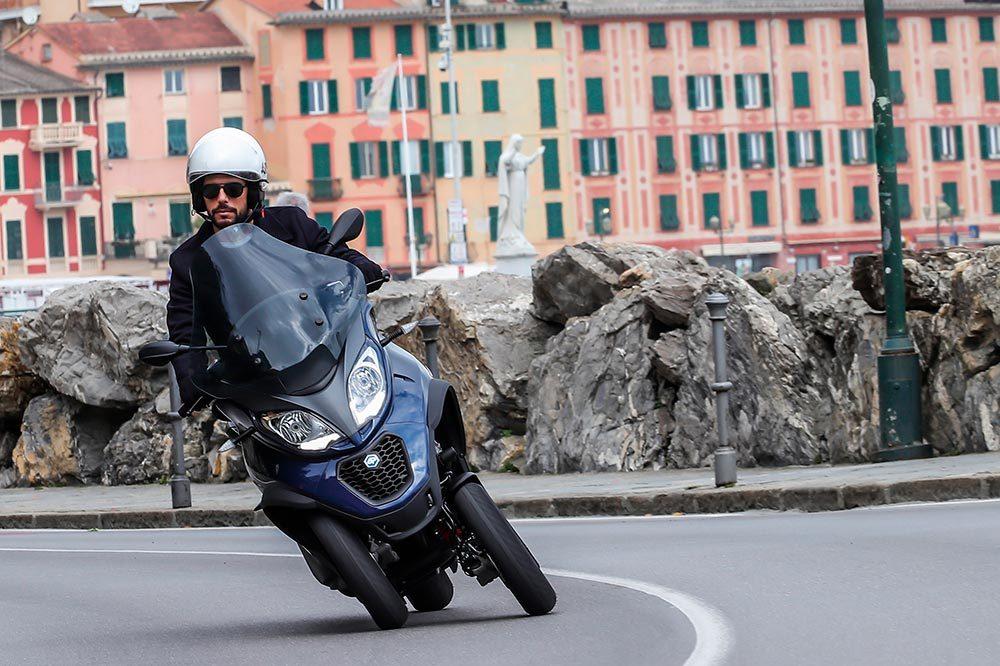 La patente que se ha copiado es la del sistema que permite inclinar como si se tratase de una moto convencional