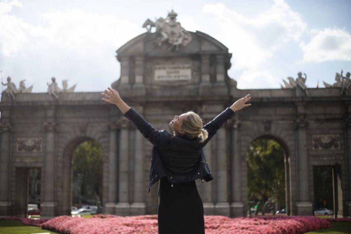 La cantante Soraya frente a la Puerta de Alcalá.