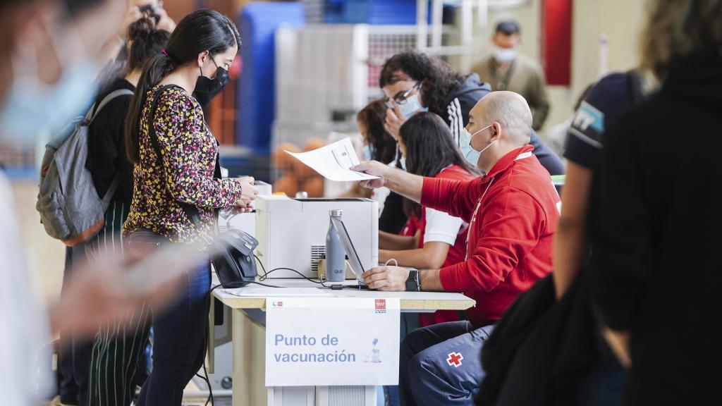 Dispositivo móvil de vacunación puesto en marcha en el Polideportivo La Almudena de la Universidad Complutense de Madrid.