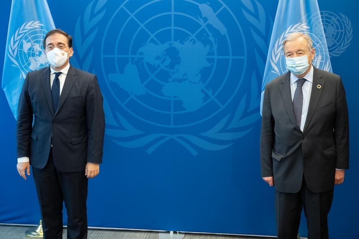 Albares, ayer en Nueva York,  con el secretario general, de la ONU, António Guterres.