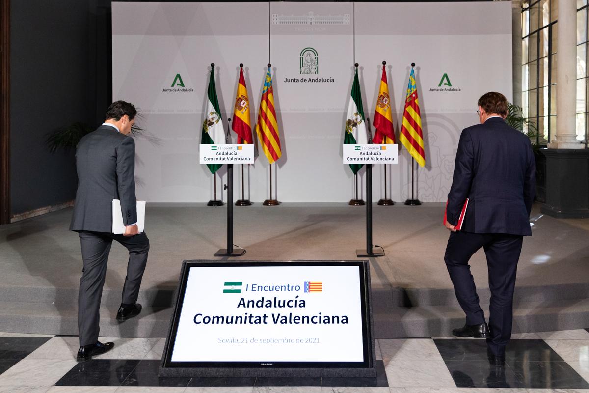 Juanma Moreno y Ximo Puig tras su reunión en Sevilla, ayer.