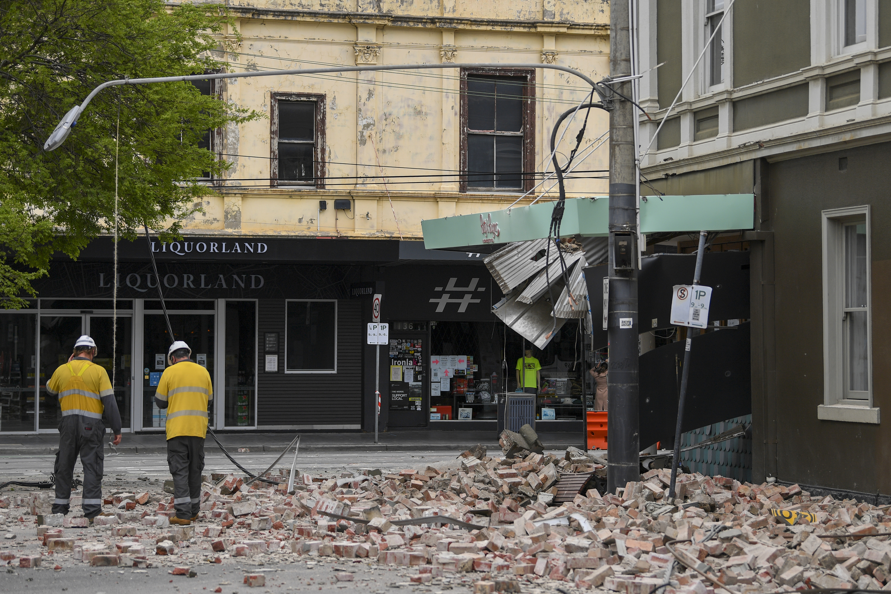 Servicios de emergencias retiran cascotes de un edificio dañado en Melbourne.